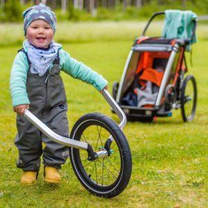 Barn med thule barnvagn